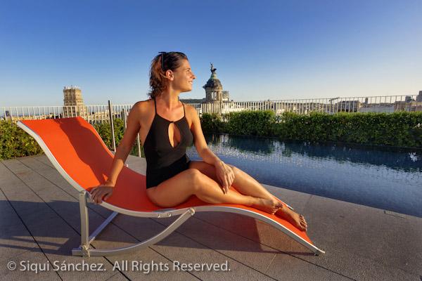 barcelona-chica-vista-hotel-piscina