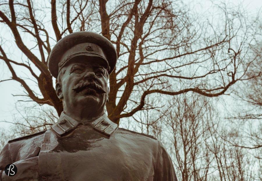 """Quando comecei a planejar minha visita a Tallinn, lembro de ficar apenas com uma ideia na cabeça: Estátuas Soviéticas. Na época que planejei a viagem até a capital da Estônia, estava fazendo uma série de """"expedições"""" a periferia de Berlim com a ideia de encontrar algumas estátuas que foram abandonadas na região depois da reunião da Alemanha."""