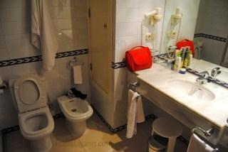 Cuarto de baño de habitación del Hotel Barrosa Park en Cádiz