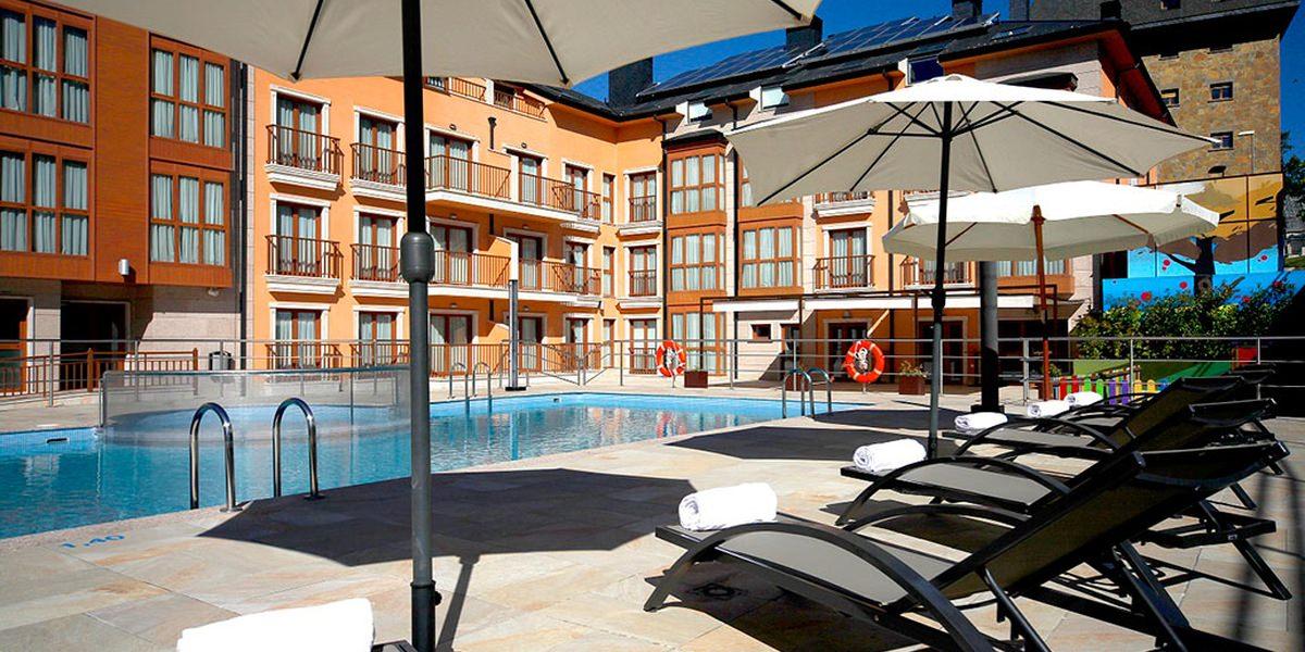 Si buscas apartamento en jaca al jate en el apartahotel for Piscina jaca