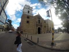 Esta es la Iglesia de San Agustín, a la derecha está el Departamento de Impuestos y Aduanas Nacionales (DIAN) y al costado derecho se ubica el Ministerio de Hacienda y Crédito Público. Foto: Sebastián Acosta, periodísta digital del Archivo de Bogotá.