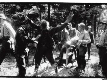 Predaja vojakov JLA na Brniku. Brnik, 29. 6. 1991. Foto Tone Stojko, hrani: MNZS.