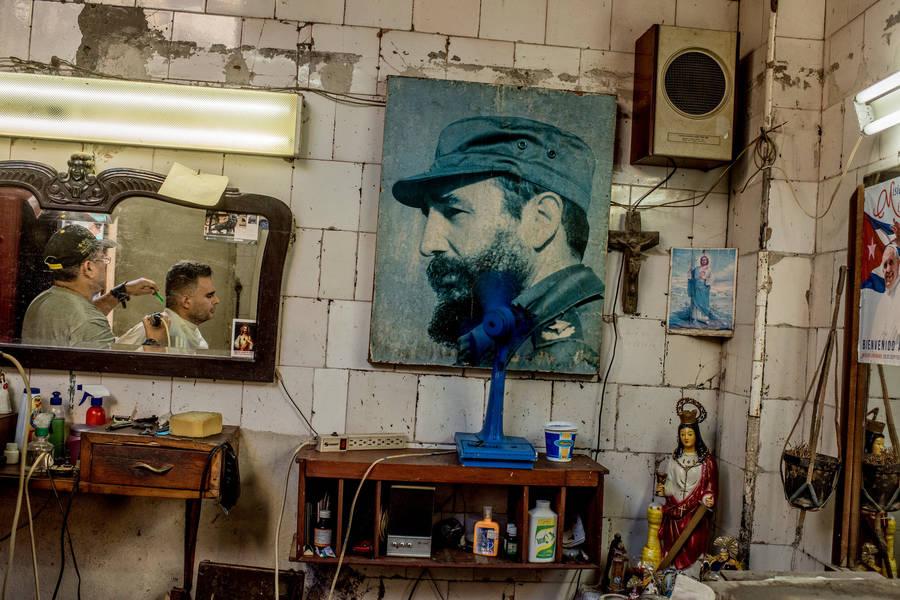 Портрет кубинского лидера Фиделя Кастро, который умер 25 ноября в возрасте 90 лет, в парикмахерской в Гаване, 29 ноября 2016 года.