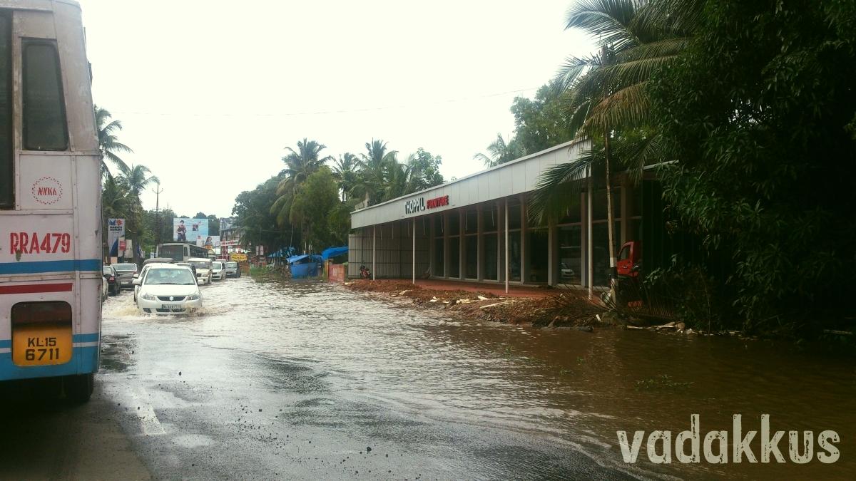 MC Road flooded and potholed near Tiruvalla Kerala