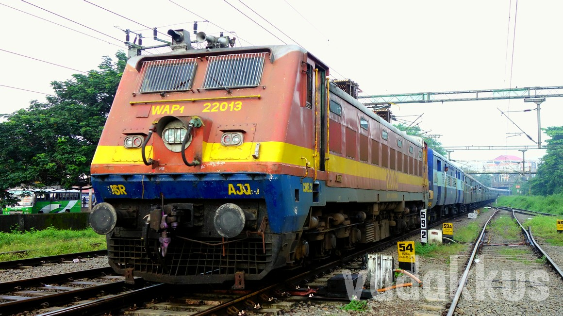 Picture of the Arakkonam WAP1 bringing the Dibrugarh - Kanyakumari Vivek Express train to Kottayam