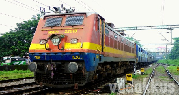 Picture of the Arakkonam WAP1 bringing the Dibrugarh - Kanyakumari Vivek Express train to Kottayam