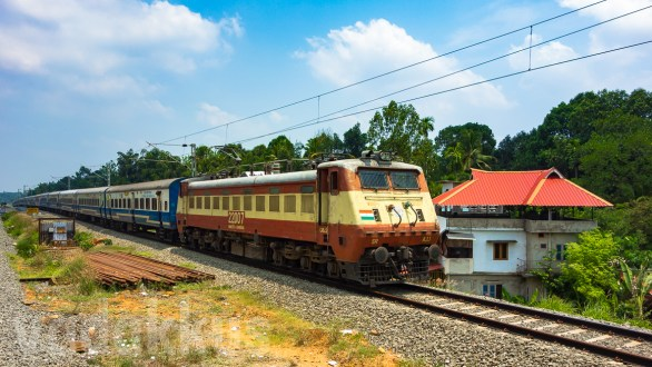 "Veteran WAP1 #22007 ""Bond"" Hauls the JanShatabdi in Kerala"