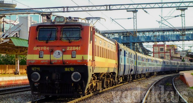 train number 16315 Bangalore Kochuveli Express large size picture of WAP4 22841 at Baiyyappanahalli