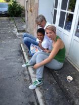 Tinka, Charlotta und David amüsieren sich mit einem Foto-Roman