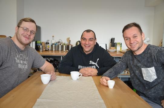Matthias Herzog, Sammy Zimmermanns und André Heinisch (von links) in der Küche des Coworking Space Collab & Couch. Foto: Stephan Hönigschmid