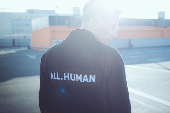 """Über all ist deutlich der Aufdruck """"All.Human"""" zu lesen. Foto: Kristijonas Duttke"""