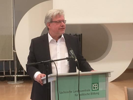 Dr. Marc Beise bei seinem Vortrag in der Landeszentrale für politische Bildung in Dresden. Foto: Stephan Hönigschmid