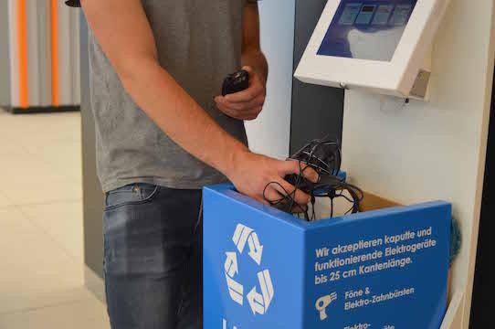 Ein Nutzer wirft Elektromüll in die Tonne. Foto: Binee