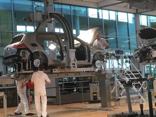 Arbeiter beim Montieren des Fahrzeugs. Foto: Stephan Hönigschmid