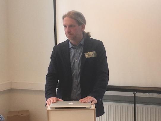 Patrick Schmiedet während seiner Präsentation im Dresdner Impact Hub am Hauptbahnhof. Foto: Stephan Höngischmid