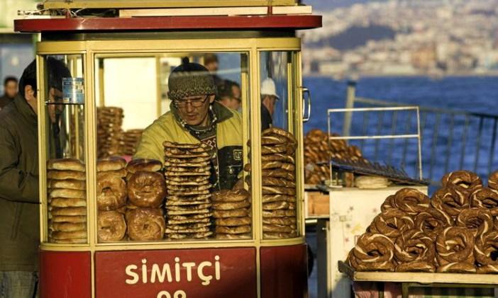 Чем перекусить в Стамбуле: бублик симит