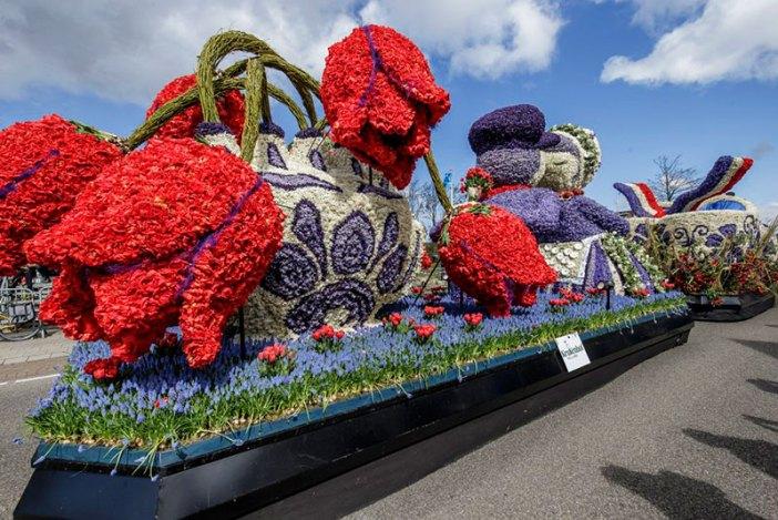 Гигантские тюльпаны из цветов (парад Bloemencorso, Нидерланды)