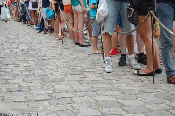 10 things to do while waiting in line with kids
