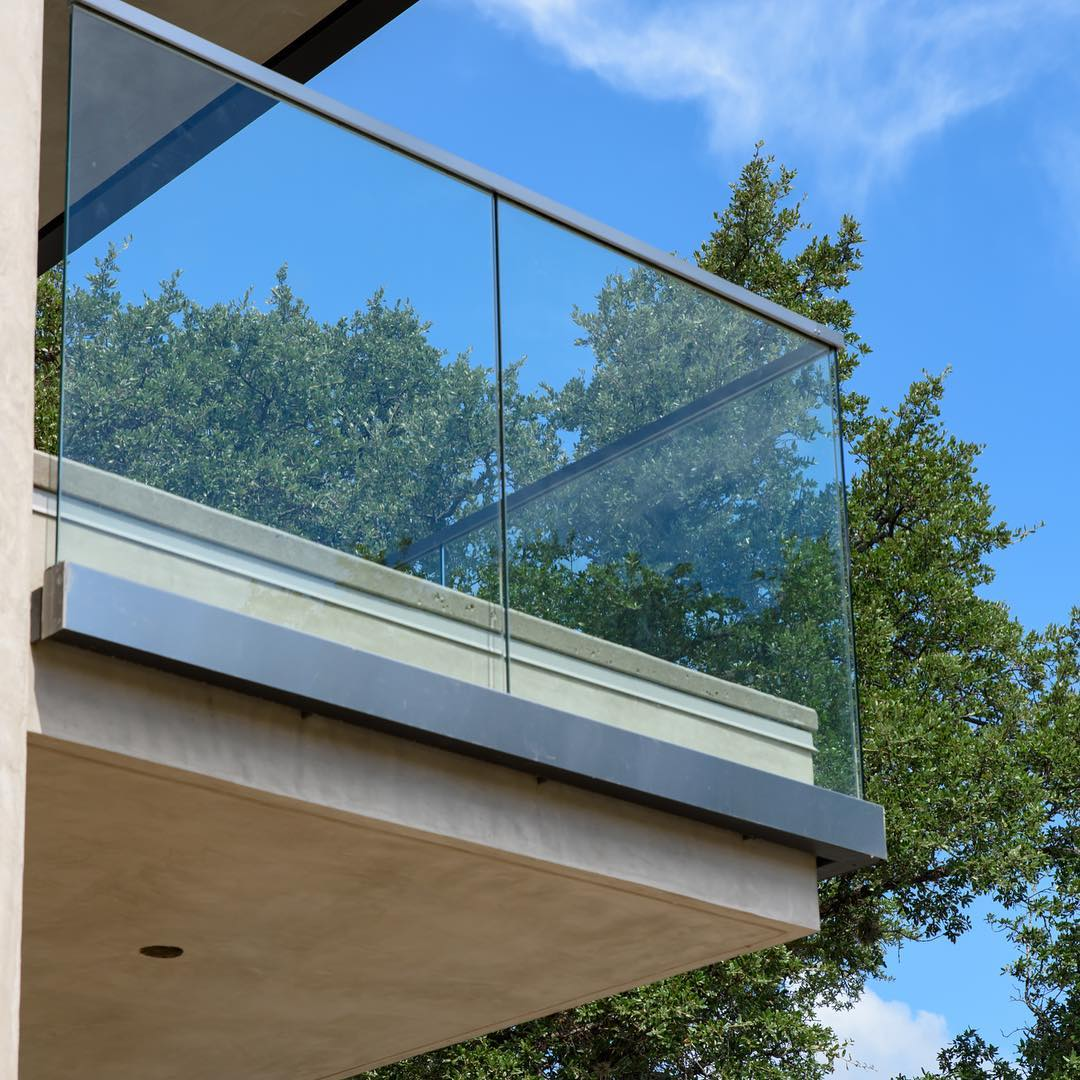 Glass railing provides uninterrupted views of Lake Travis. Built by @foursquarebuilders Designed by @dc_architecture Photo by @redpantsstudio