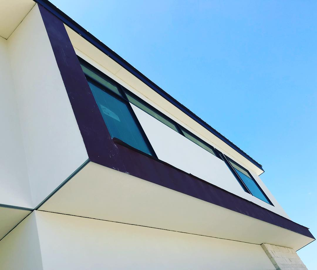 Plate steel facia, because the details matter. Design by @lankerani_architecture Built by @foursquarebuilders Stucco by @stocorp Windows by @architectural_impressions & @western_window_systems