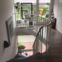 raam naast trap met uitzicht op tuin