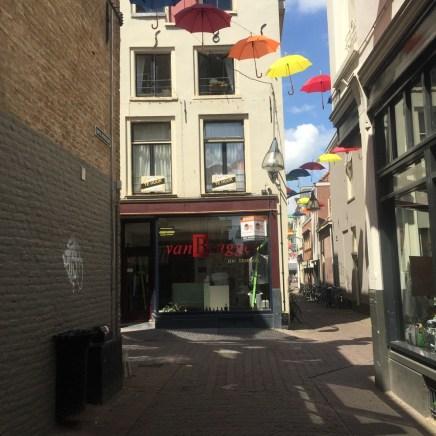 paraplu's hangen boven de straat