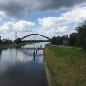 rivier en spoor brug