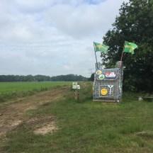 beeld gemaakt van oude flessen in veld om de 4 daagse wandelaars te vieren