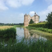 gracht en veld voor kasteel