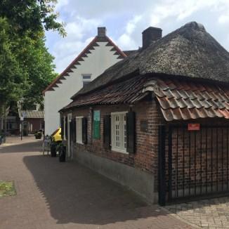 oude baksteen gebouw met stro en tegel dak