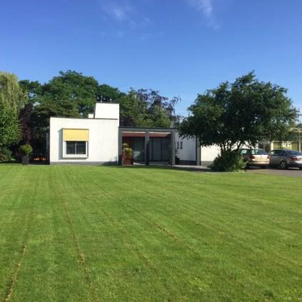 huis van de zestig jaren met groen gras