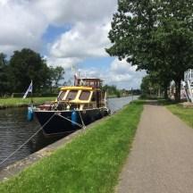 gele en blauwe boot met vlagen
