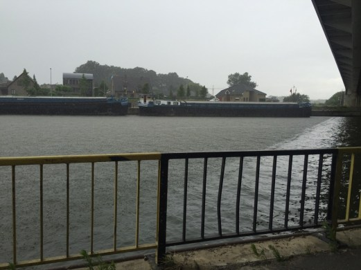 schepen in kanaal in regen