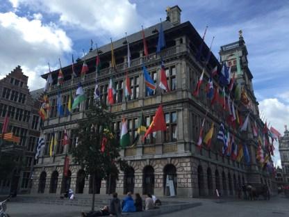 gebouw met veel vlagen