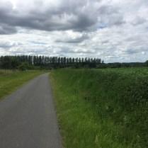 kleine weg op kleine heuvel