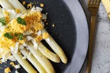 Witte asperges met botersaus en ei