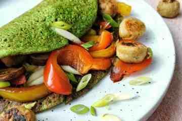 Hartige groente pannenkoek met spinazie en falafel