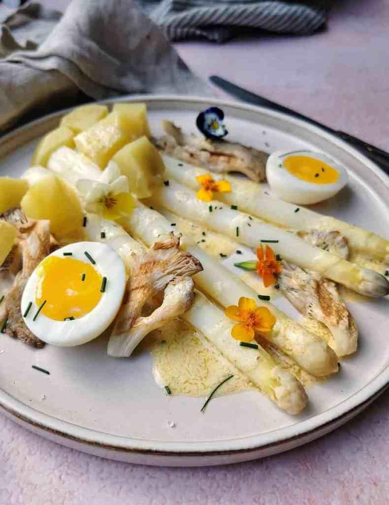 Vegetarische witte asperges met oesterzwam, aardappel en bearnaisesaus
