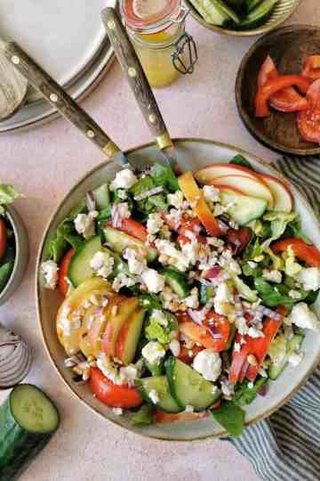 groene salade met tomaat en appel