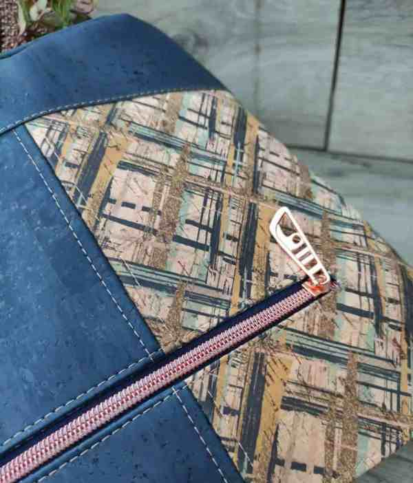 Schoudertas blauw kurk in 2 kleuren detail