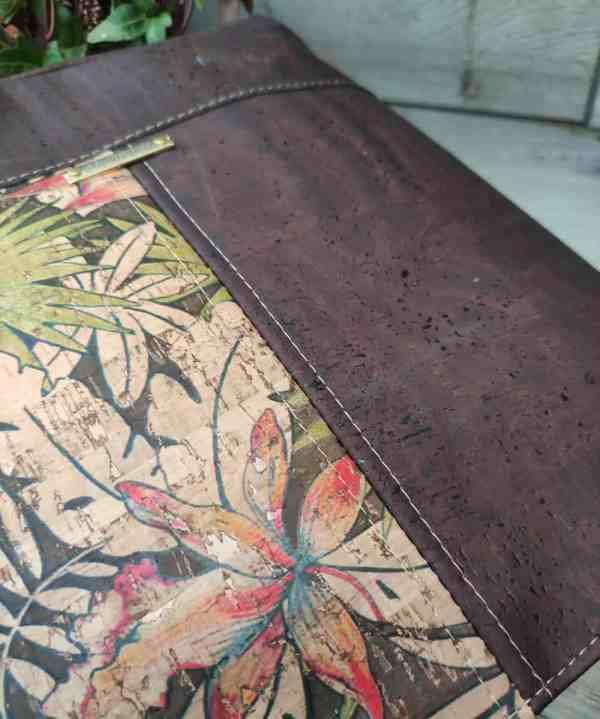 Schoudertas bruin kurk in 2 kleuren, een sieraad om mee te shoppen detail