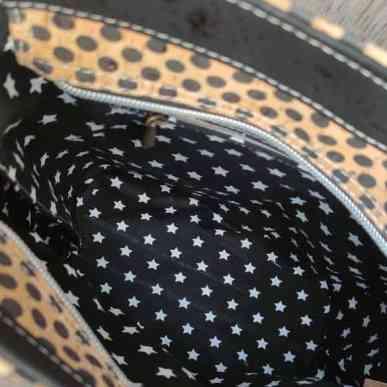 2 kleuren schoudertas kurk zwart met leuke stippen achterkant binnenkant
