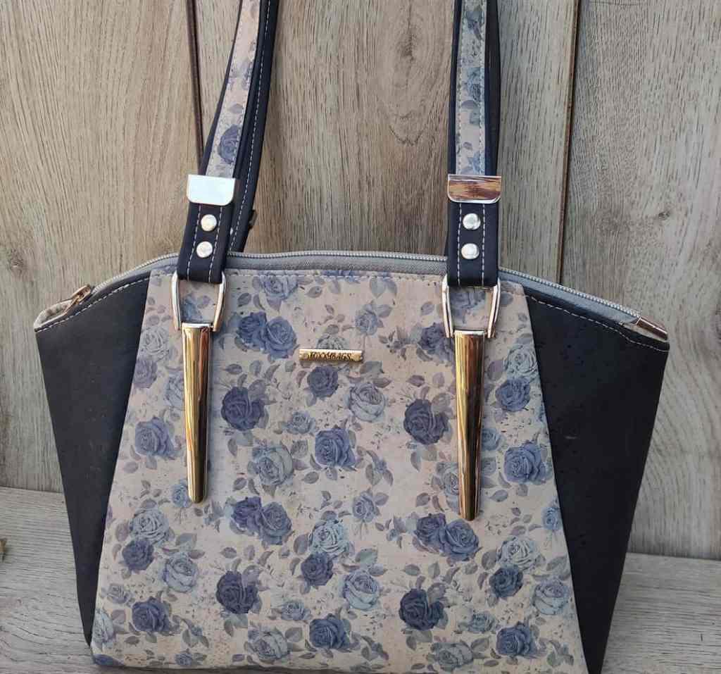 Schoudertas kurk met blauwe rozen die de tas zeker uniek maken.