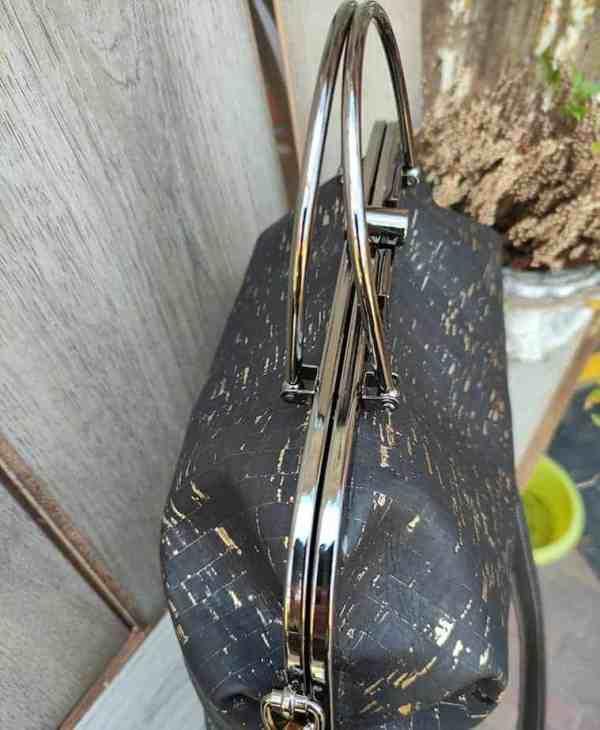 beugel-tas-zwart-met-goud-bovenkant