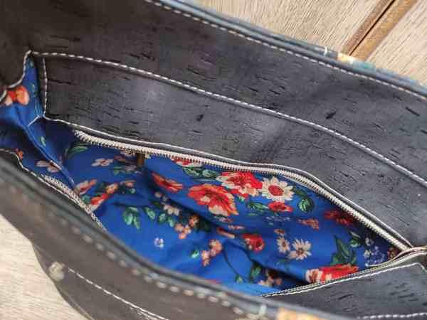 kurk schoudertas blauw met bloemenprint binnenkant
