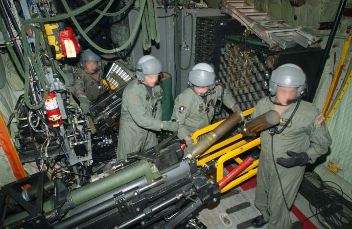 40mm砲(奥)と105mm砲(手前)を装填中: AC-130U