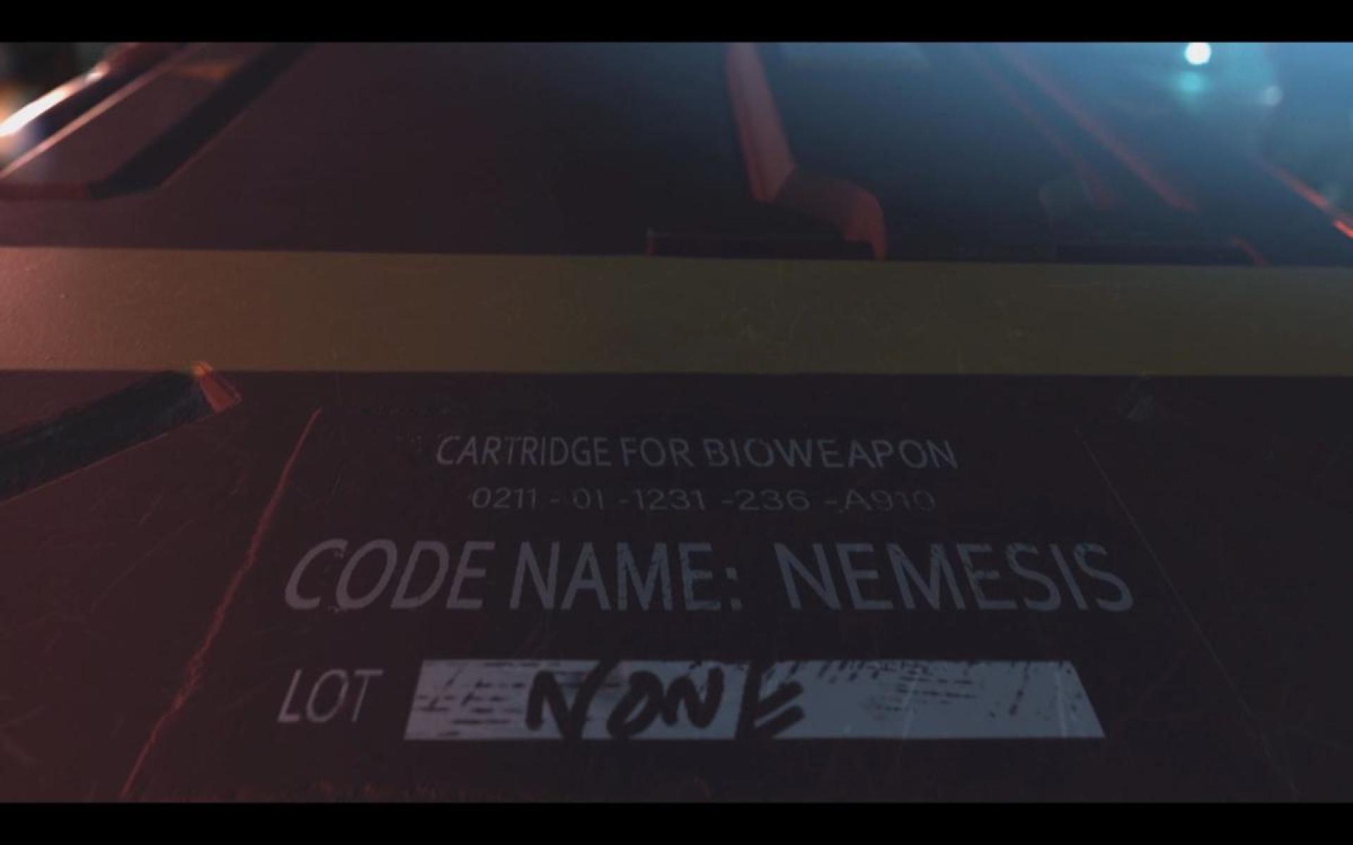 """事件の真相を知るS.T.A.R.S.メンバーを抹殺すべく、アンブレラは街の混乱に乗じて試作B.O.W.""""ネメシス""""を投入する"""