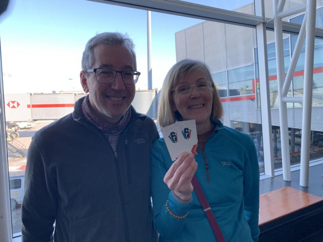 モントリオールの空港で知り合ったご夫婦。定年して世界旅行の日々だという。(シージは知らないらしい)