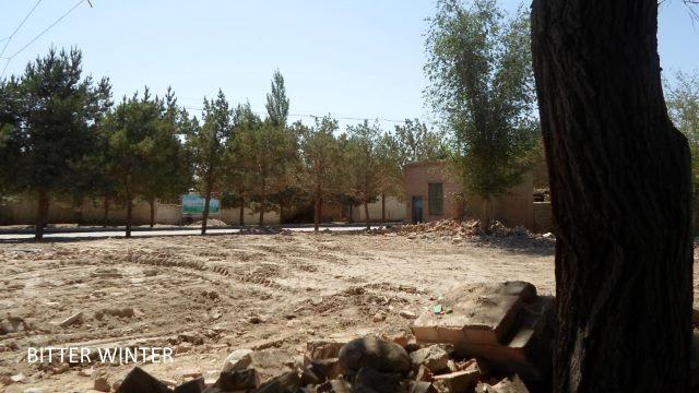 Cette mosquée démolie était située dans la zone 3 de la ferme Huangtian, dans le district de Yizhou - les pistes de bulldozer sont encore clairement visibles au sol