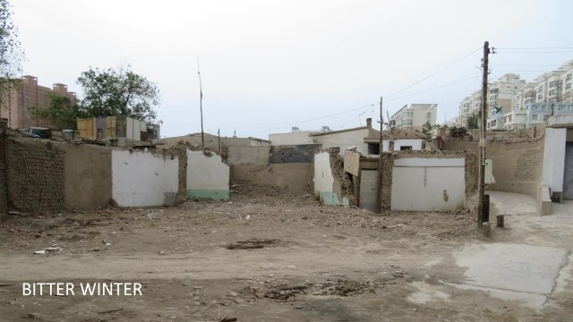 Le mur blanc sur cette image faisait partie d'une mosquée et s'est effondré lors d'une démolition - rien n'a été laissé.